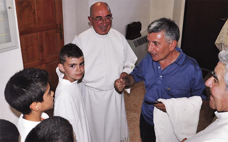 Nella foto Don Salvatore Fancello partecipa alla festa dei 50 anni di sacerdozio di Don Pietro Puggioni a Fonni.